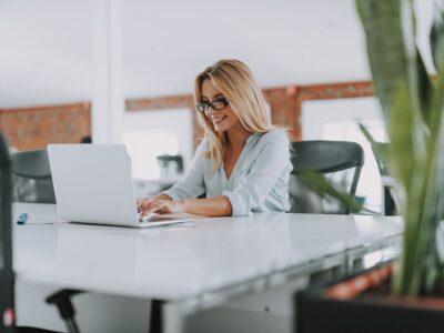 Kobieta-z-laptopem-przy-biurku-sesje-coachingu