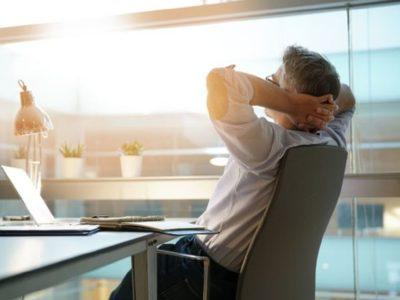 Mezczyzna-przy-biurku-odpornosc-psychofizyczna