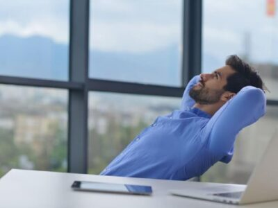 Coaching emocji mezczyzna przy biurku
